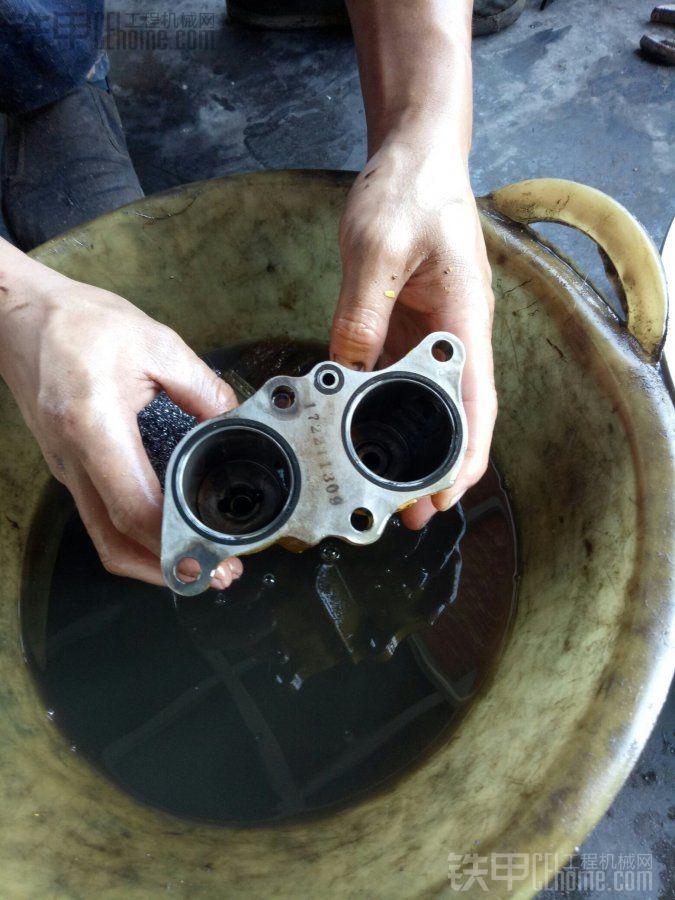 小松200-7阀杆端盖上的油孔起什么作用?