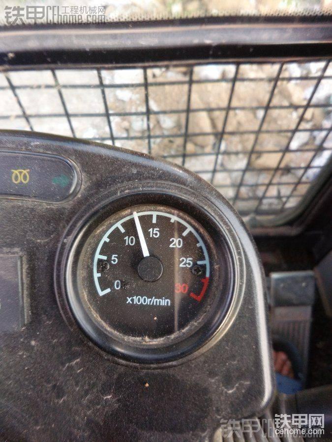 新源轮挖也配有发动机转速表,可以直观的观察到发动机转速,路试的情况也不错,同样一 ...