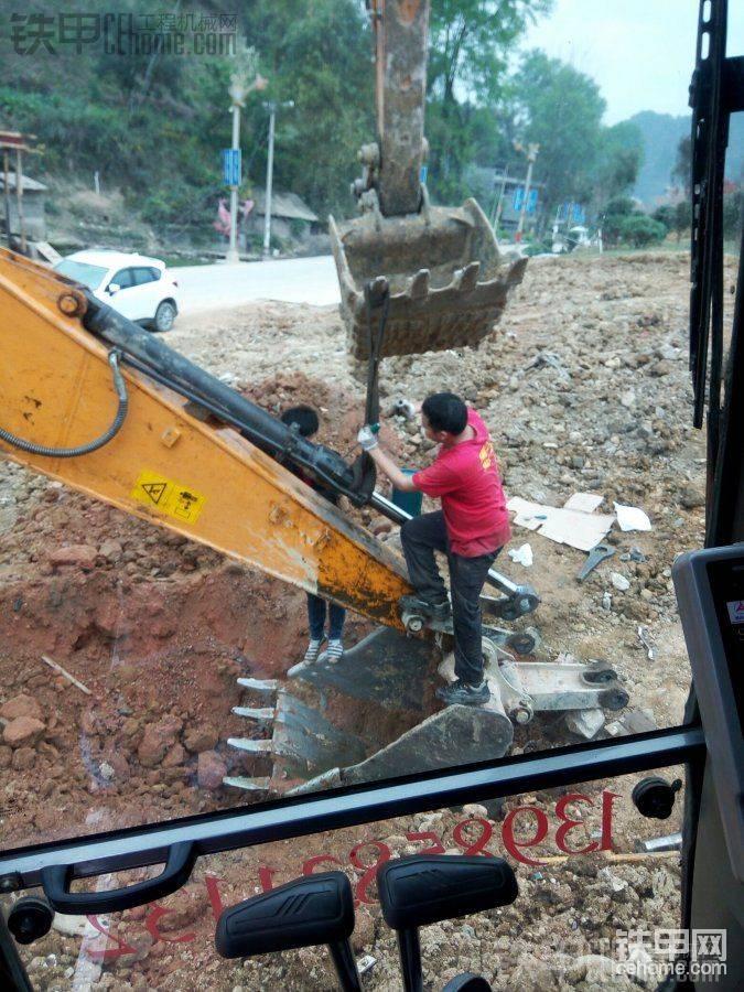 首先挖一个坑,大臂下压,小臂推完。铲斗如图这么放着,把油缸下端销拆掉。只需把杆拉 ...
