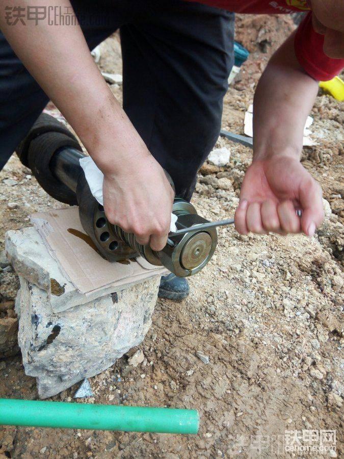 杆下后,大螺丝帽旁需用内六角下掉固定螺帽的小销,再专用大扳手下掉