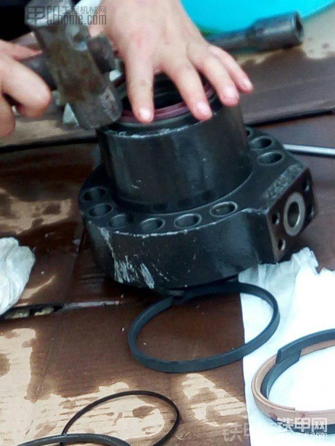 拆旧的油封可以野蛮一点。新的要小心轻轻装进去。新装这个头的密封圈。然后把它装进活 ...