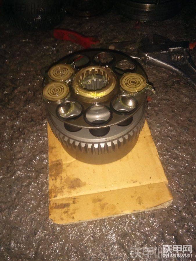 接着放好九孔盘,然后插入柱塞,同样粘点黄油