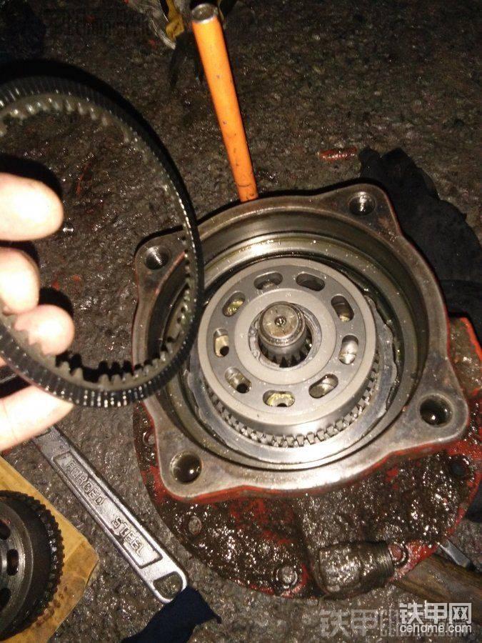 然后翻转马达壳摆正,再把刹车片放进去,
