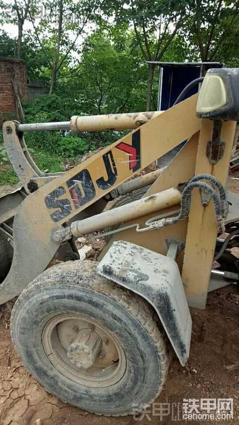 收了一台二手小铲车修修补补再转手