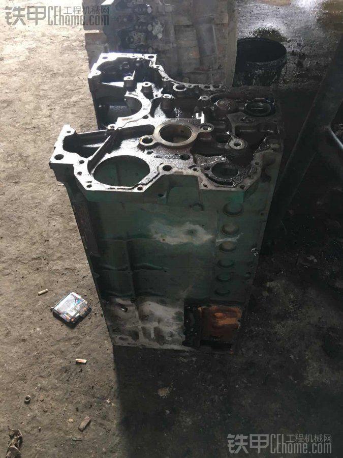 出售一台沃尔沃290原车发动机拆下来的缸体。