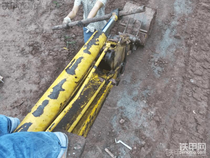 更换小松PC60-7挖掘机中臂油封