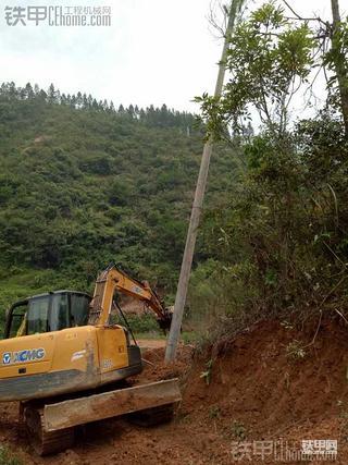徐工80C挖掘机之不要命的立电杆作业