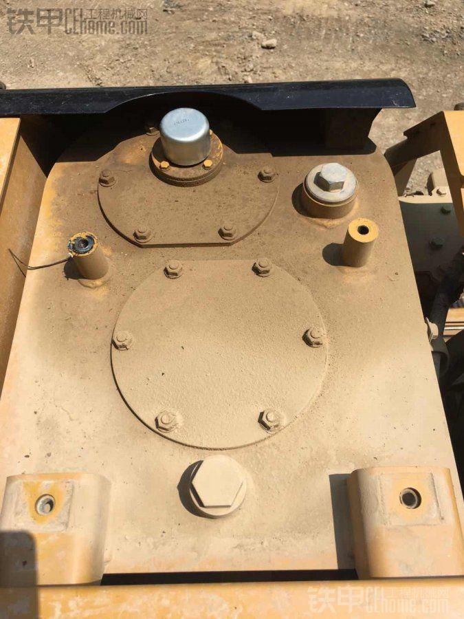 卡特新挖机液压油乳化变白是什么原因造成的?图片