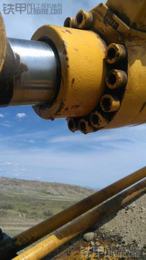 小臂油缸活塞杆受伤了,甲友们看下,是什么原因造成的?