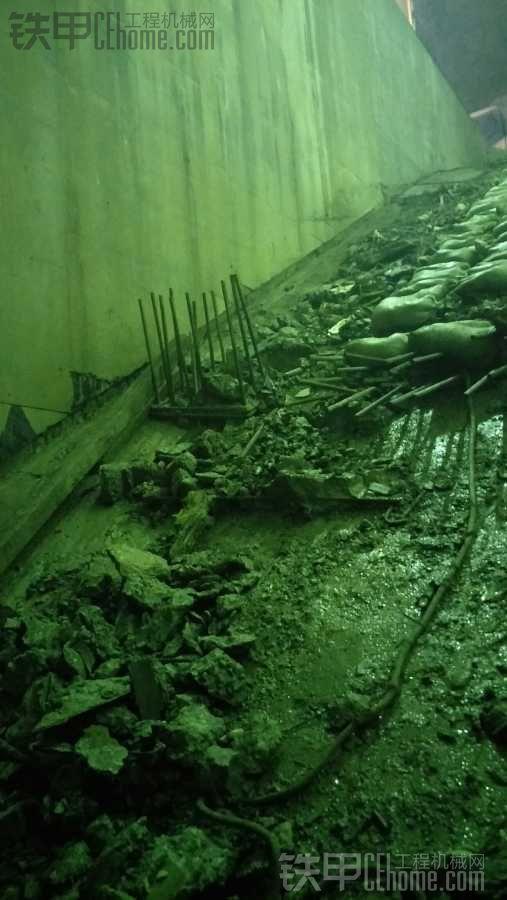 深夜求救,小松130炮头下地铁水泥坡度大,为安全起见。