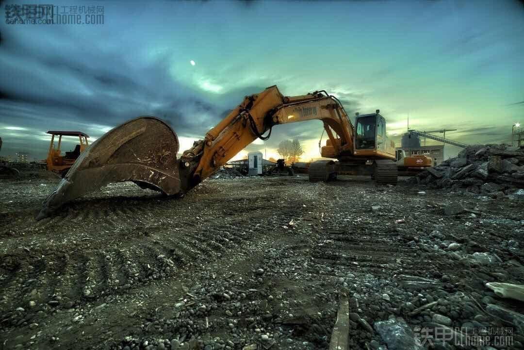请租用挖机的老板,别再忽悠我们这些农民工了