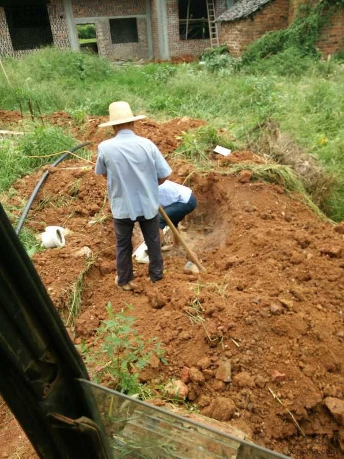 干了一个小时挖坏了三根管子,老板头痛我也无奈_`