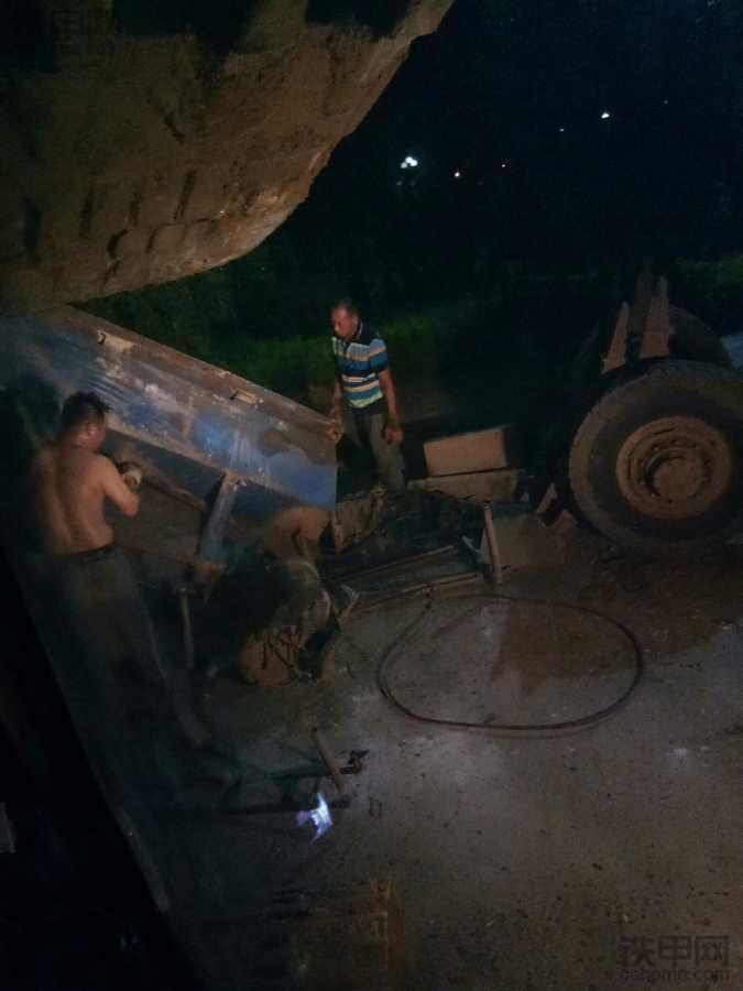 晚上吊装报废车