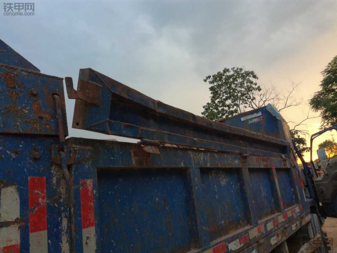 修复自卸车上栏板,弯了。
