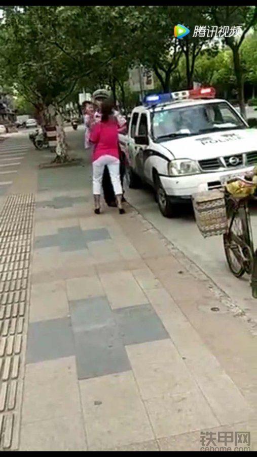 转死他!打妇女的民警!