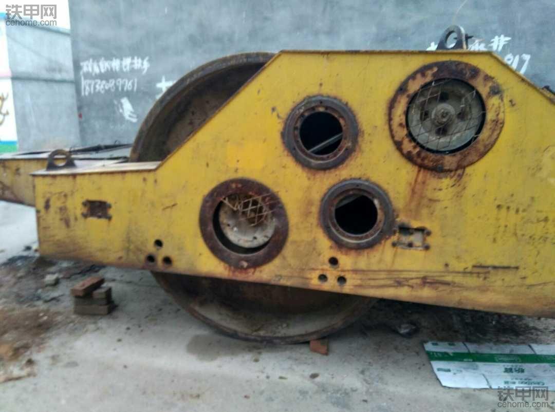 拖式压路机。