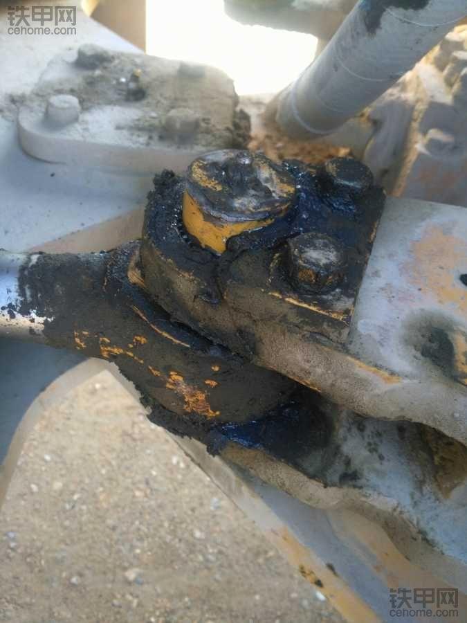 转向油缸拉杆轴外边的那个架磨损了,轴塞里松了,有什么办法