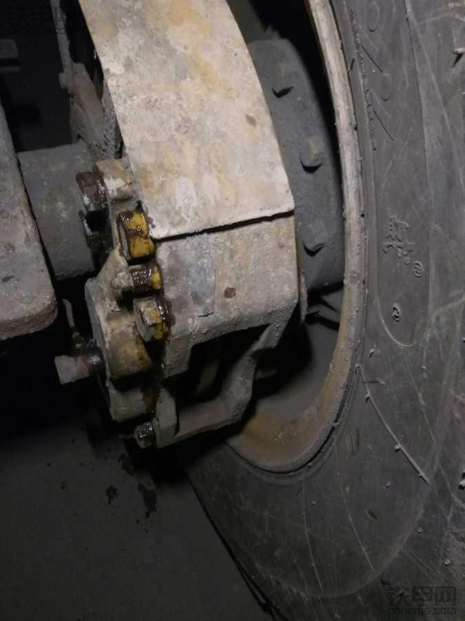 临工936L 刹车钳,怎么卸掉。。
