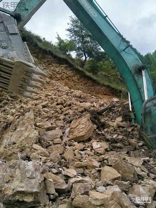神钢260挖掘机遭遇塌方惊险一刻,驾驶员平安无事
