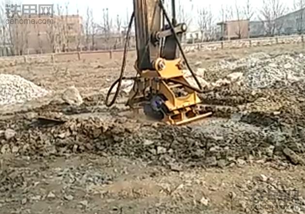 挖机上装震动夯,这东西看着还挺好用