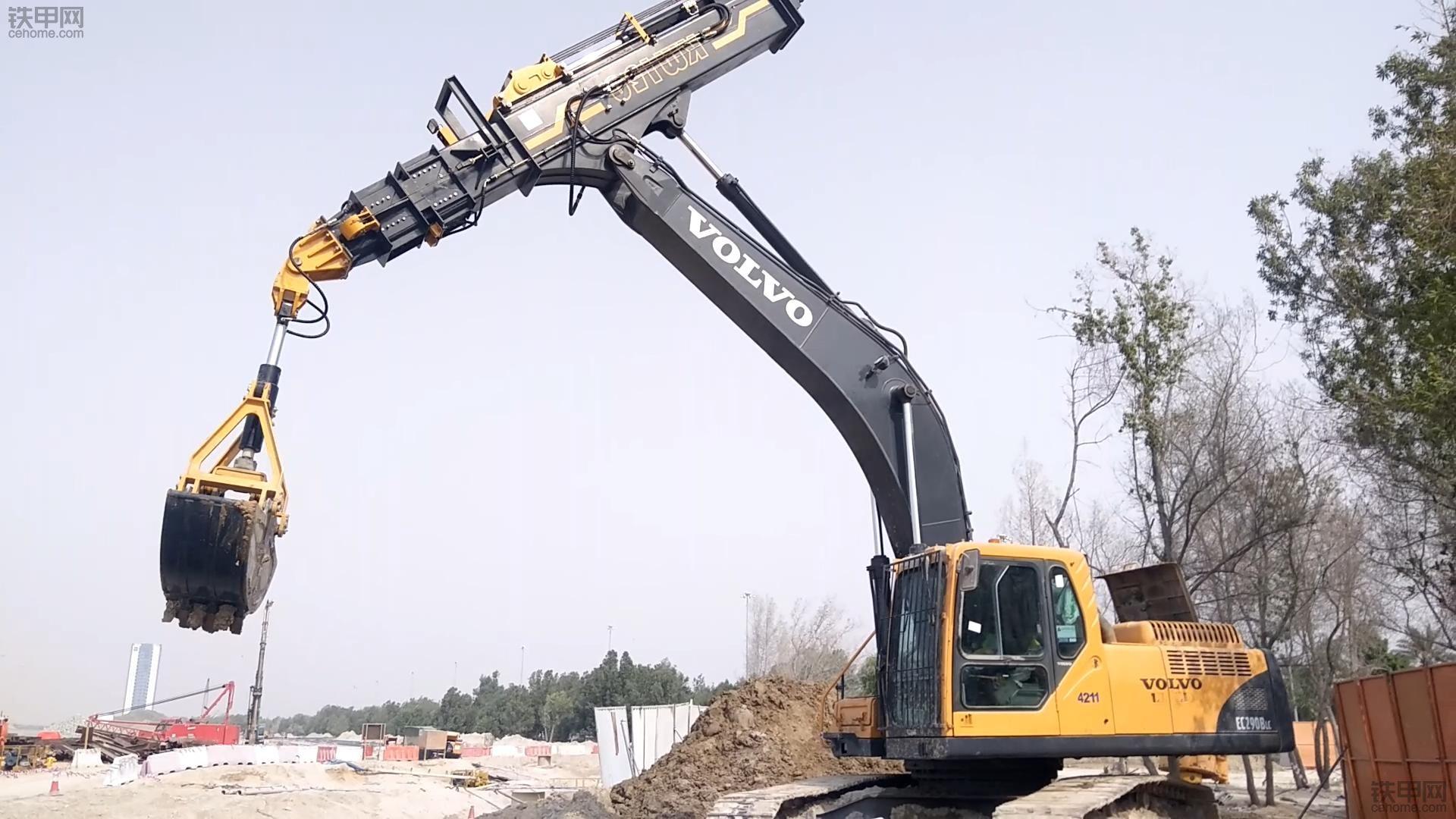 这挖机手够长啊!VOLVO挖机改伸缩臂抓斗,深坑取土利器