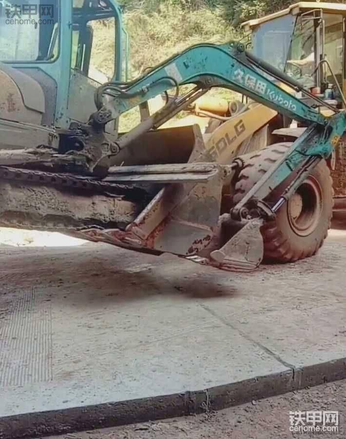 铲车抱着挖机走,惊了。
