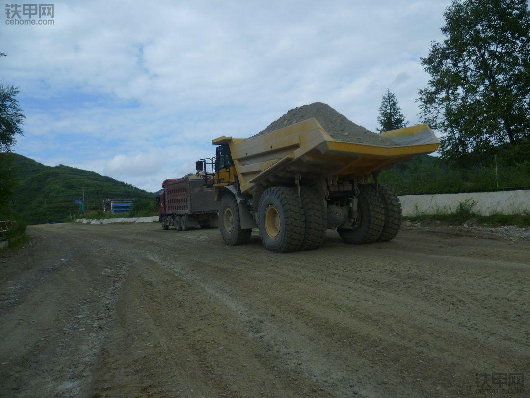 贵州首批60吨级小松HD465-7矿卡入驻瓮福磷矿