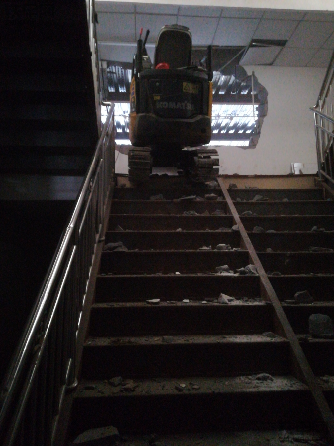 小微挖爬楼梯,艰难的一步又一步