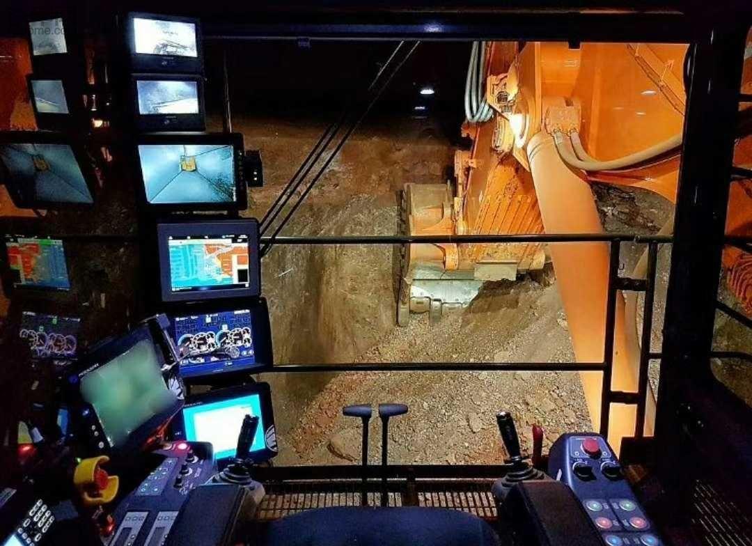 开这个挖机的,估计月入上万,显示屏都数不过来了!