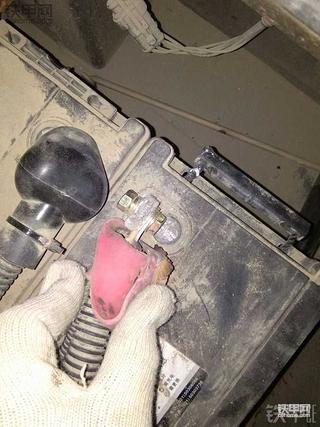 天寒地冻,修复龙工855N电瓶桩
