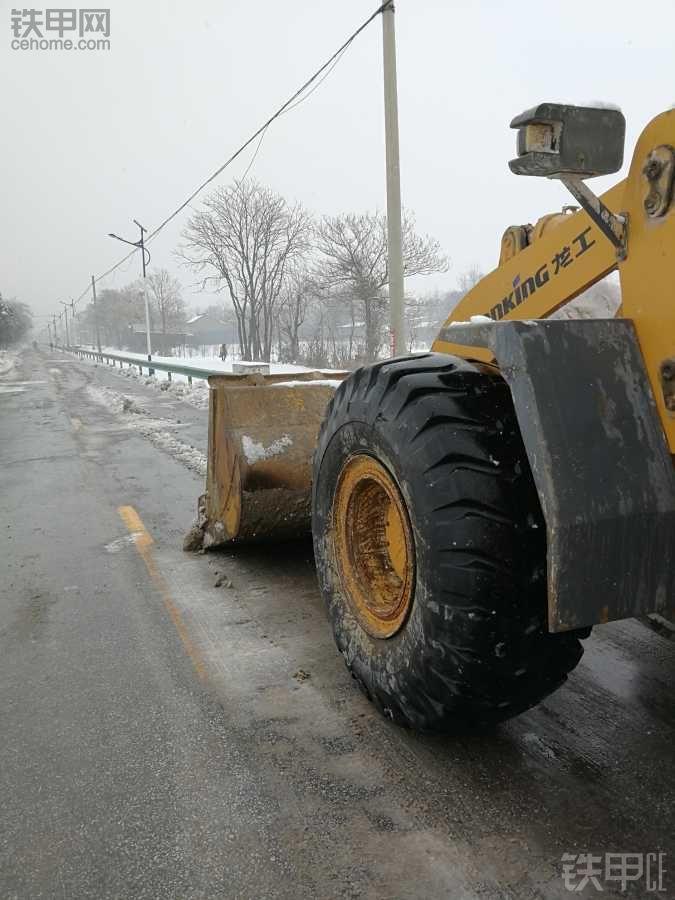 为人民服务,龙工铲雪进行中