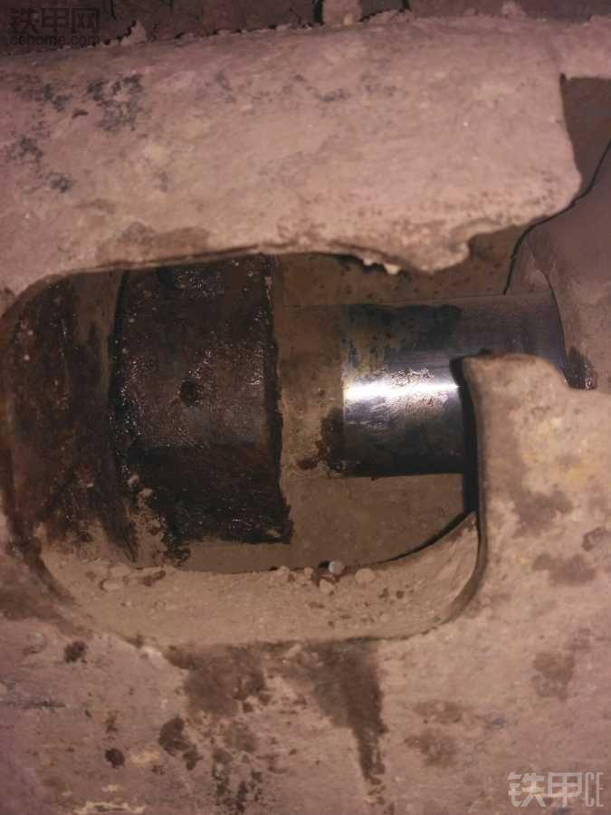 挖机行走黄油嘴下方一寸处有个椭圆形的小孔漏黄油!