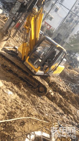 挖土机早上冷车憋车