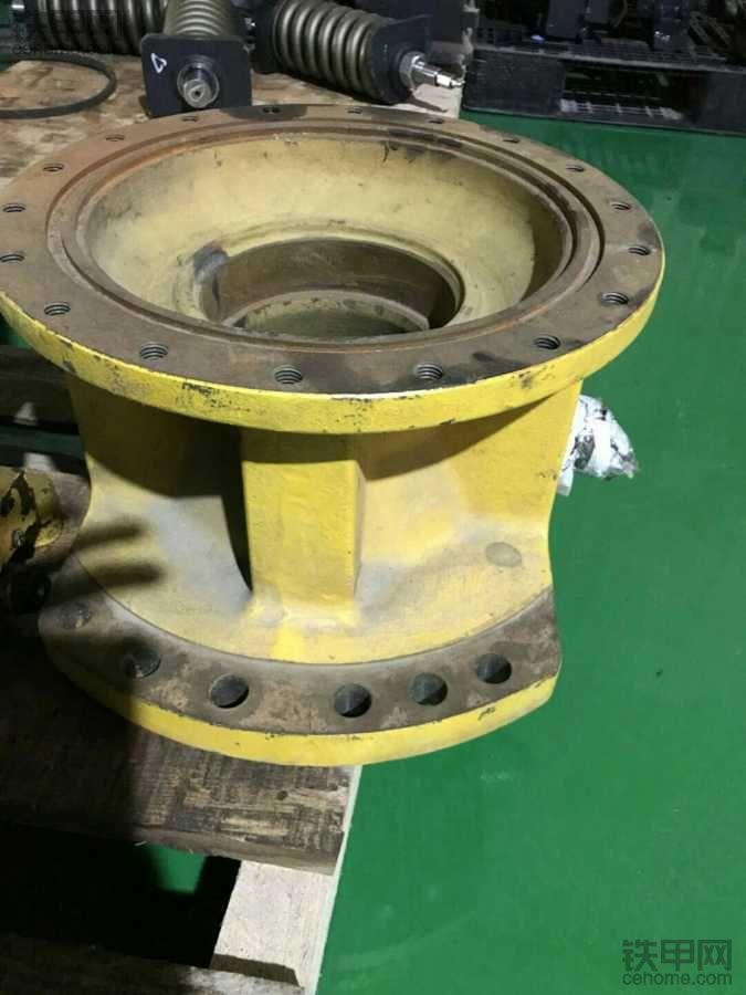 小松原装拆机的这个减速机外壳有人回收么