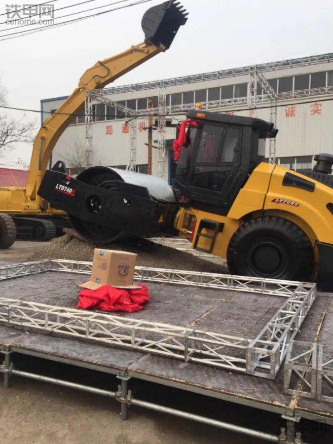 40吨单钢轮震动压路机