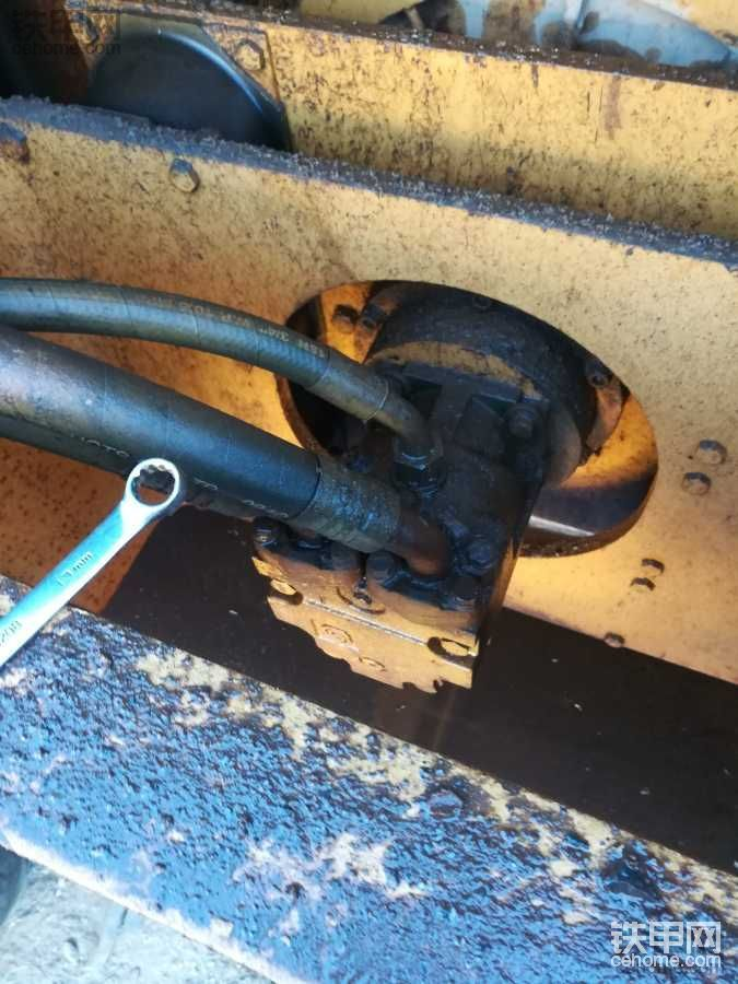 柳工压路机大振油管漏油了