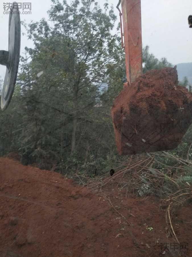 一个人 一座山 一台挖机加油干