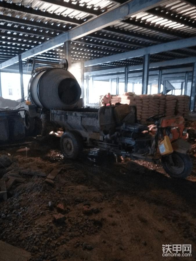 【5yao旺】混凝土搅拌机摆放及铲车搭配使用