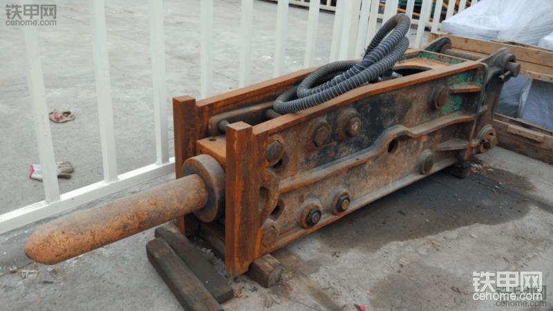 求购20吨挖机用的二手快换跟破碎锤