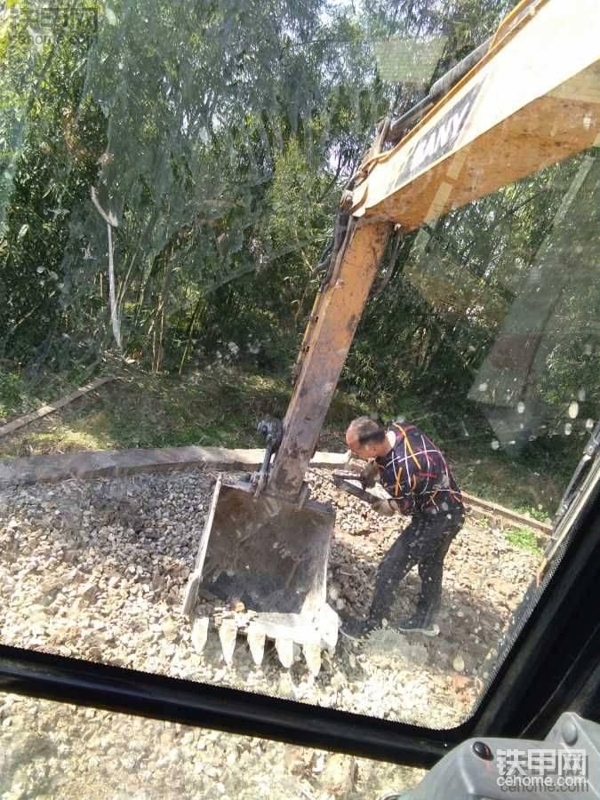 挖机小妹开工第一天干了3个活,挖臭水沟实在太痛苦