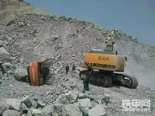 【我在矿上开挖机】优点让人省心、缺点容易致命 试驾利勃海尔挖掘机