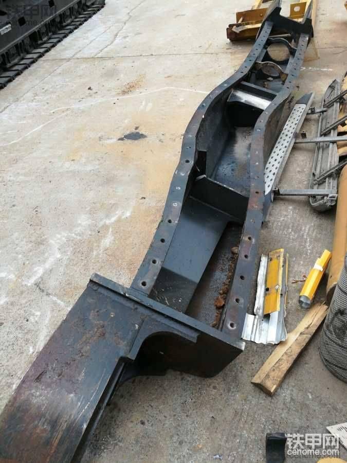 卡特出险机器的维修。下车架及上车变形的处理!请看图片吧