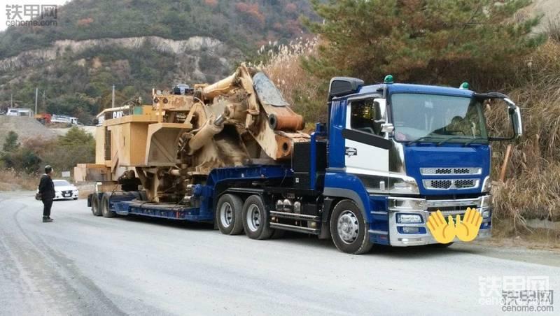 拖车搬运卡特彼勒992G装载机