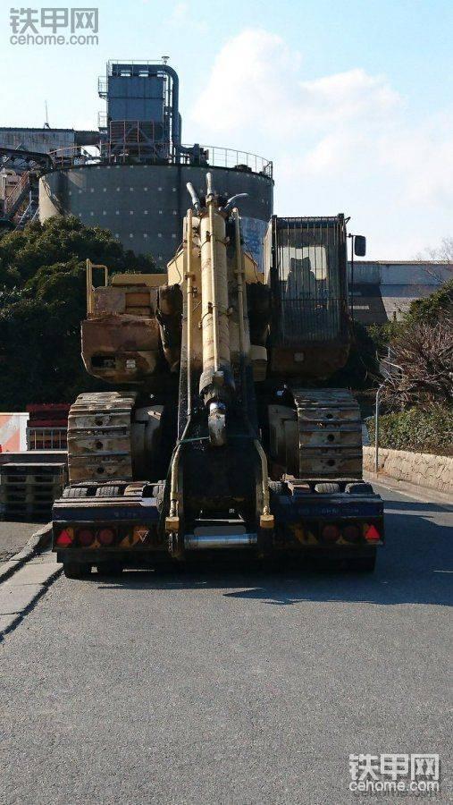 拖车搬运卡特375挖掘机