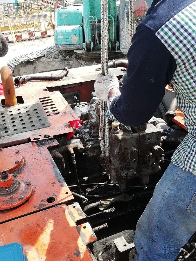 """【我的维修故事】""""漏油之王""""维修记,日立240-3分配阀漏油维修分享"""