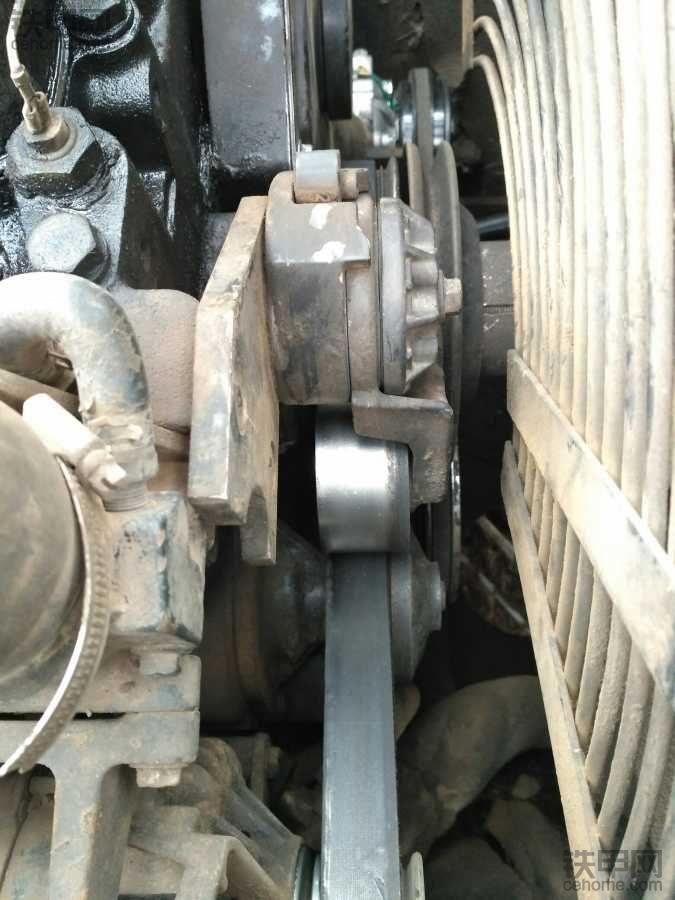 请问这台徐工挖机的发动机皮带怎么拆掉?