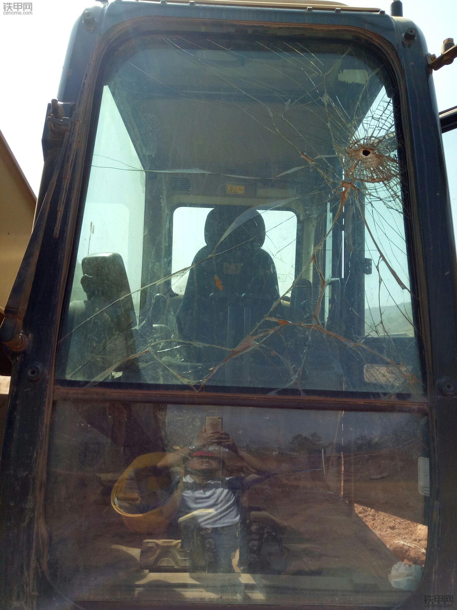 卡特336D2前挡风玻璃更换