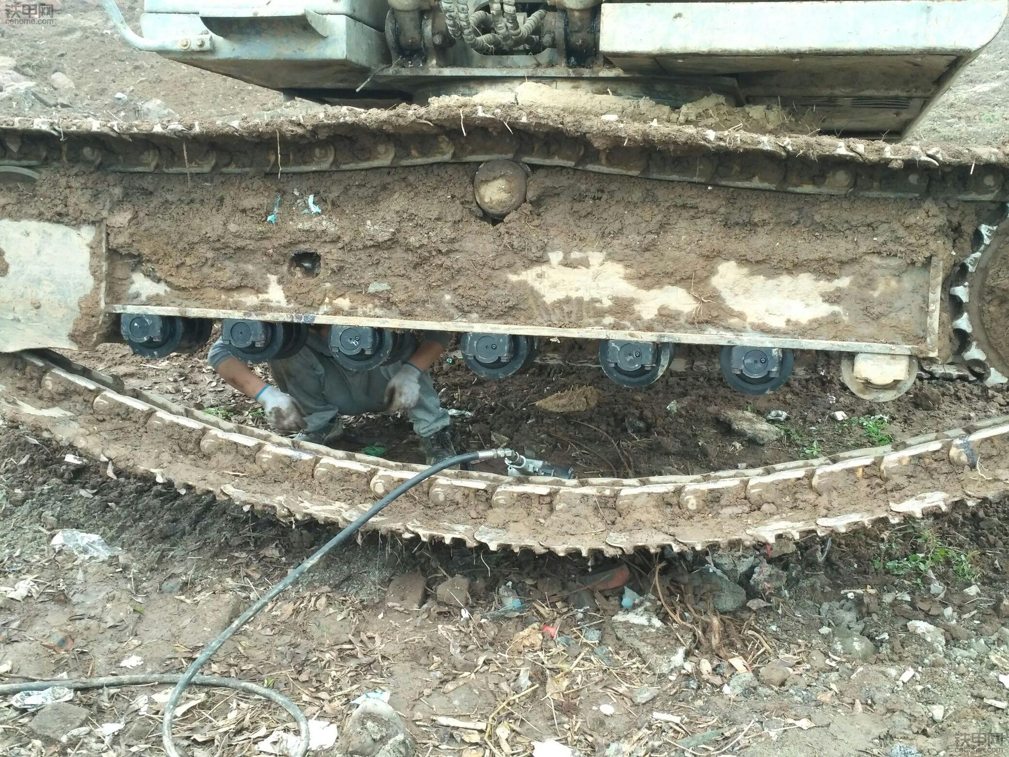挖机支重轮下面的履带链轨经常从外侧出轨是怎么回事?