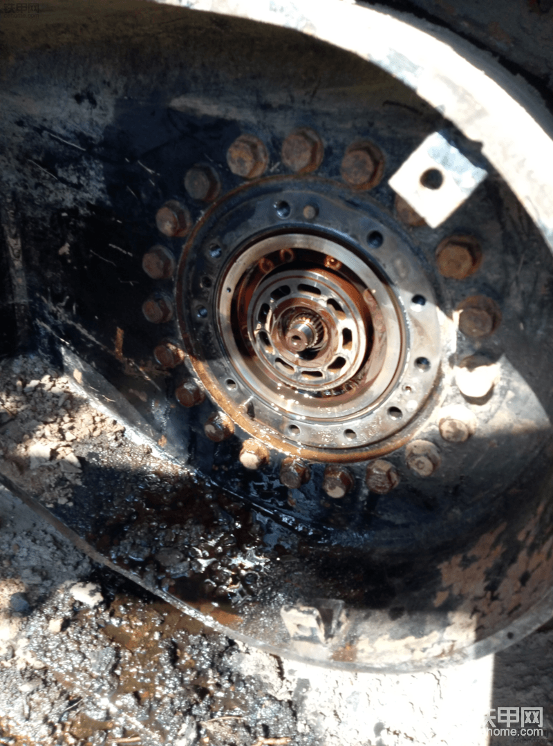 这是打开马达盖的样子,马达上的油管已经被泥土腐蚀的很厉害,废了一些力气才卸开。