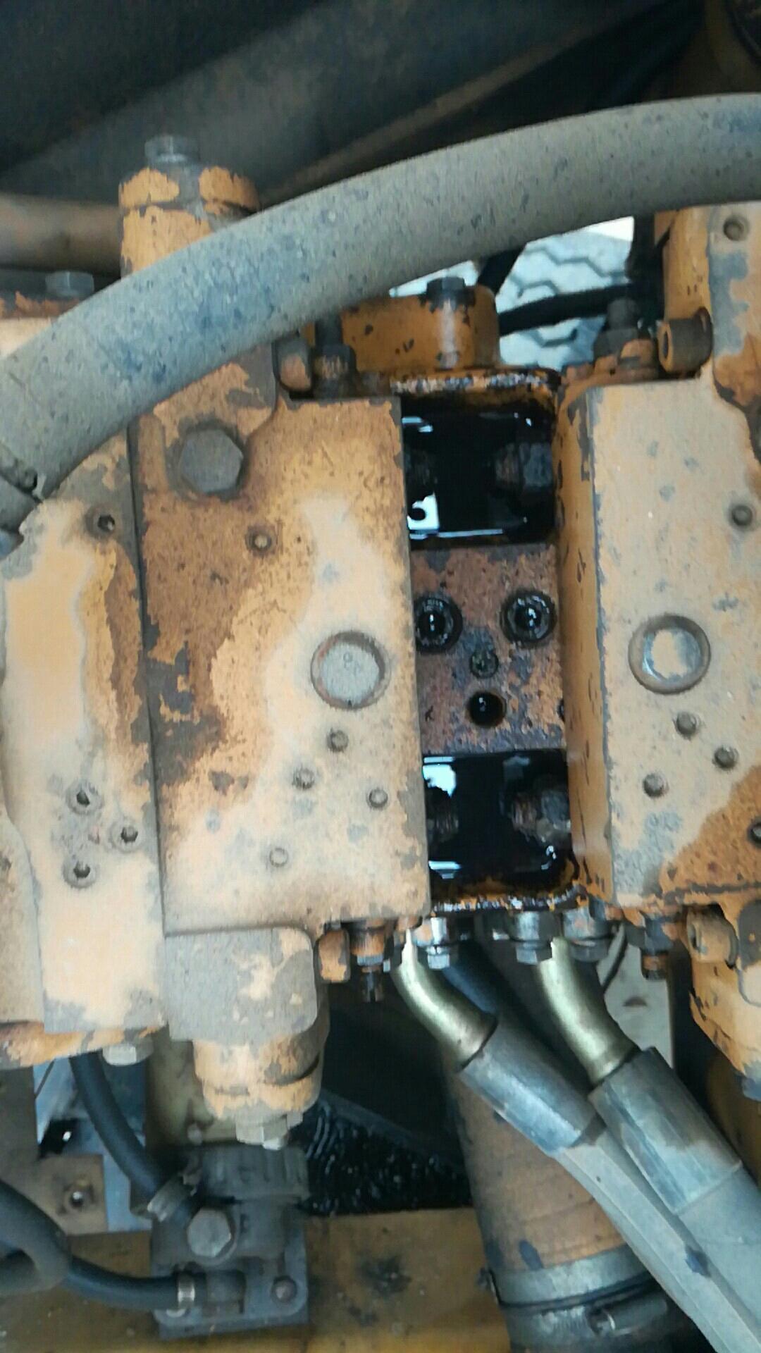 小松轮挖60-5整个液压泵都是漏油,要怎么办?